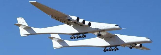 Stratolaunch, successo del primo volo dell'aereo più grande della storia voluto da Paul Allen Video