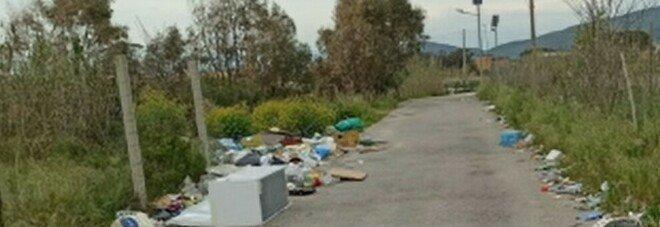 Terra dei Fuochi, un tappeto di rifiuti: schiuma e scarichi tossici dalla terra al mare