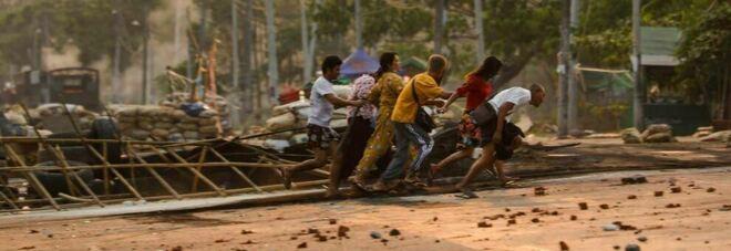 Myanmar, assalto dei militanti contro il regime: uccisi 20 soldati