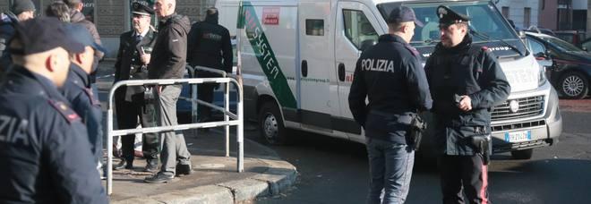Rapina a portavalori, rubano la pistola a guardia giurata e sparano alle gambe. «Bottino da 50mila euro»