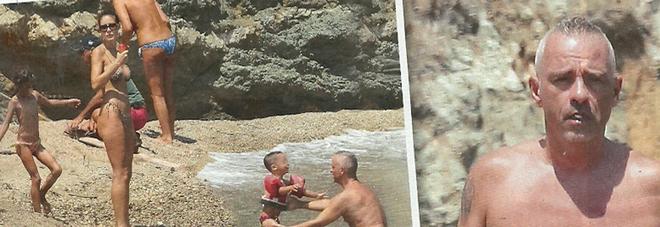 Eros Ramazzotti, vacanza con la famiglia con dediche alla moglie Marica