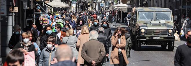 Napoli zona rossa, folla sul lungomare e nella villa comunale: «Basta, non ce la facciamo più a stare chiusi in casa»