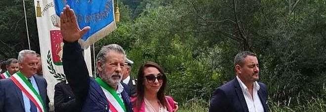 Frosinone, il sindaco fa il saluto fascista durante la processione: «Un gesto goliardico»