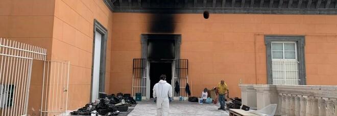 Napoli, fiamme a Palazzo Reale: ecco tutti i punti a rischio