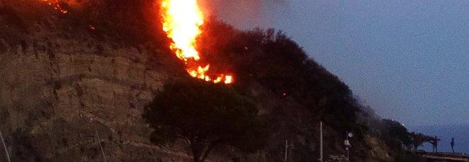 Ischia, brucia i rifiuti ma perde il controllo delle fiamme e provoca un incendio: distrutto un ettaro di macchia mediterranea