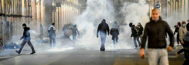 Dpcm, arresti e denunce. La protesta dilaga in Italia, allarme infiltrati
