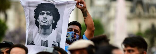 Maradona, cosa è successo nelle ultime ore? Il medico: «Lasciato solo». Il nipote l'ultimo a vederlo