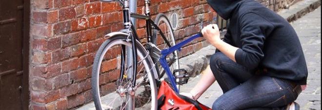 Ruba la bici di un poliziotto, 41enne arrestato a Sorrento