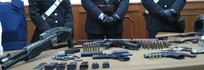 Kalashnikov e fucili, due arsenali di camorra scoperti a Napoli: armi destinate agli uomini dei clan