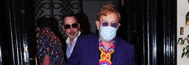 Elton John, nuovo rinvio per il tour d'addio dopo un incidente: «Devo operarmi»
