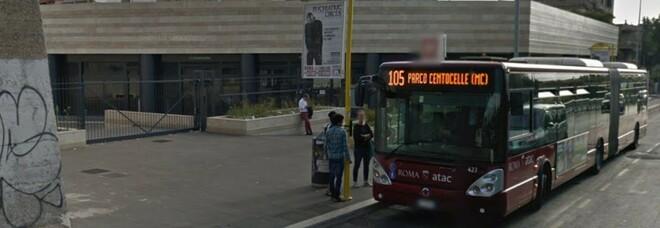 Roma, autista dell'Atac chiede di indossare la mascherina e viene pestato: choc al capolinea del 105