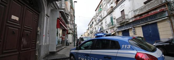 Napoli, aggredisce gli agenti intervenuti per un assembramento in centro
