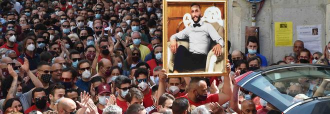 Salerno piange Matteo, morto al porto: una processione come per il «suo» santo