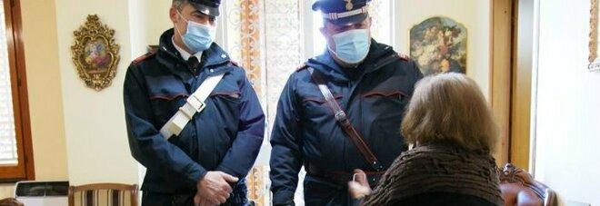 Anziana chiama i carabinieri nel Napoletano: «Mi sento sola». Militari in visita, i racconti e le lacrime