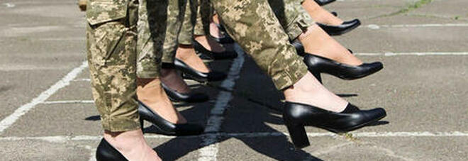 Le soldatesse ucraine costrette a marciare in tacchi