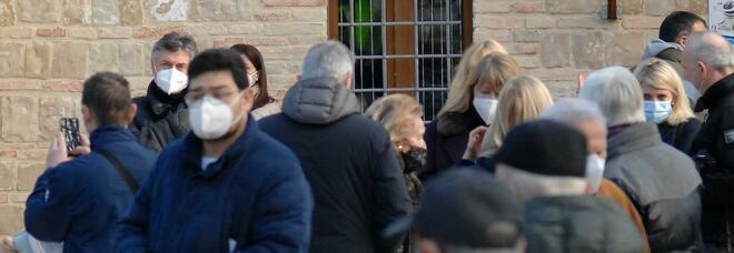 Bologna, punta la pistola contro un passante per fargli indossare la mascherina abbassata: lite in strada