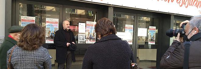 Peppe Villa mentre recita fuori al Teatro Diana al Vomero