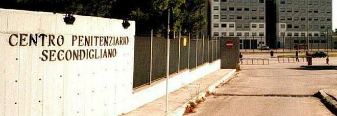 Tensione in carcere a Secondigliano: sequestrati 4 telefonini, aggredito un detenuto