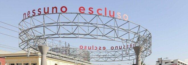 Napoli, messaggio di speranza in via Marina: installata l'opera «Nessuno escluso»