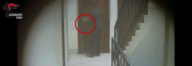 """Ostia, arrestati spacciatori delle case popolari: usavano """"vedette"""" in monopattino e videosorveglianza"""