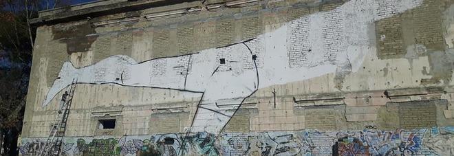 Arco Felice, un mega murales sulla facciata dell'ex Convitto Monachelle