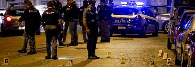 Napoli, si torna a sparare: conflitto a fuoco tra due auto a Pianura, trovati 11 bossoli calibro 9