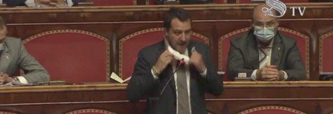 Salvini si toglie la mascherina al Senato e lascia l'aula: «Mentre noi lavoriamo il premier Conte è in tv, mettetevela voi»