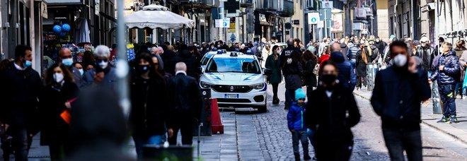 Napoli zona rossa, luci accese nei negozi: «Il futuro non si chiude, anche le imprese muoiono»