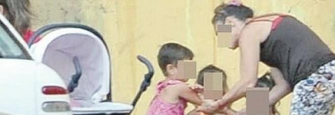 Bimbo rom chiede aiuto ai carabinieri: «Mamma mi picchia se non porto soldi»