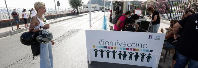Napoli: medici e infermieri no vax, l'Asl1 sospende 59 dipendenti