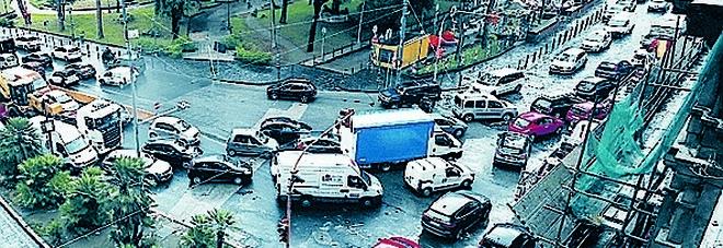 Traffico a Napoli, inferno a via Acton: solo a Roma si soffre di più