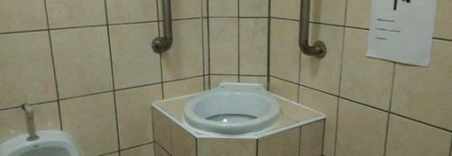 Il bagno pubblico con la toilette sopraelevata: ecco a cosa serve ...