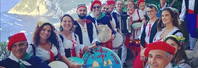 Scialapopolo: «Il nostro abbraccio da Capri» sulle note di 'O Sole mio