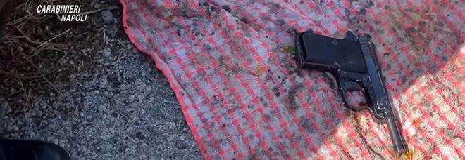 Napoli, blitz a Pianura: pistola e cocaina trovati all'interno di un muretto di tufo