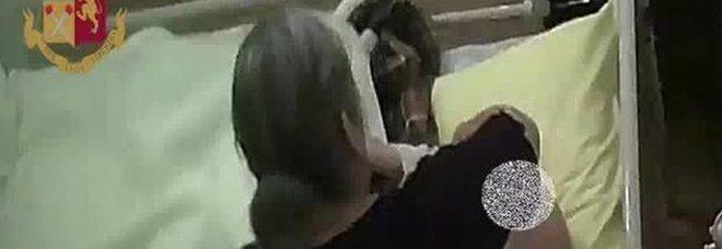 Anziani presi a calci, schiaffi e pugni in casa: badante arrestata dalla polizia a Milano
