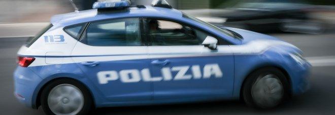 Si fingono poliziotti ed entrano in casa di una donna per rapinarla, fuga a mani vuote