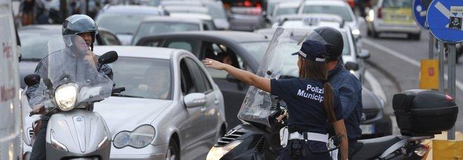 Napoli, la protesta dei vigili: raduno al Plebiscito nel giorno da bollino nero per il traffico