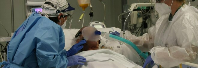 Assistenza a un malato Covid nell'ospedale Papa Giovanni XXIII di Bergamo