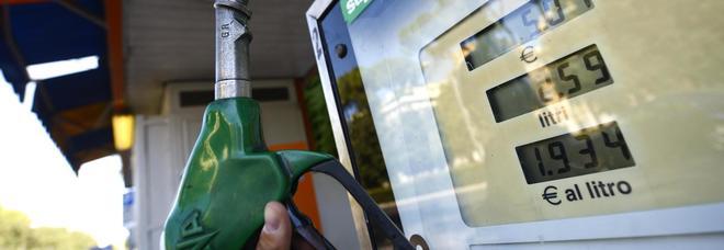 Benzina, nuovo aumento dei prezzi: sale ai massimi dal 2015