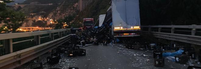Salerno, tragedia sfiorata: tir finisce contro auto e perde il carico