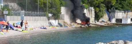 Motoscafo fantasma in fiamme a tutta velocità tra i bagnanti