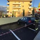 Si apre una voragine nella strada, auto in bilico nell'Avellinese