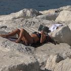 Ottobre da mare, a Napoli tutti in costume sul lungomare