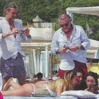 Claudia Galanti, vacanze bollenti al Forte a colpi di selfie