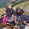 Disabile sogna di scalare la montagna e i poliziotti la portano in carrozzina a 2.108 metri