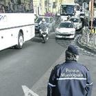 Vigili urbani al lavoro in divisa? A Napoli incassano più soldi