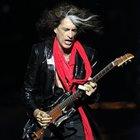 Malore per il chitarrista degli Aerosmith durante il concerto: intubato nel backstage