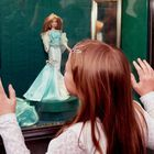 Bambina ruba una bambola pistola contro i genitori