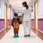 La maglie di calcio diventano camici negli ospedali pediatrici spagnoli