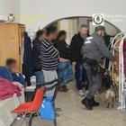 Migranti, in 16 con un solo bagno: «Ma così ci sentiamo una famiglia»